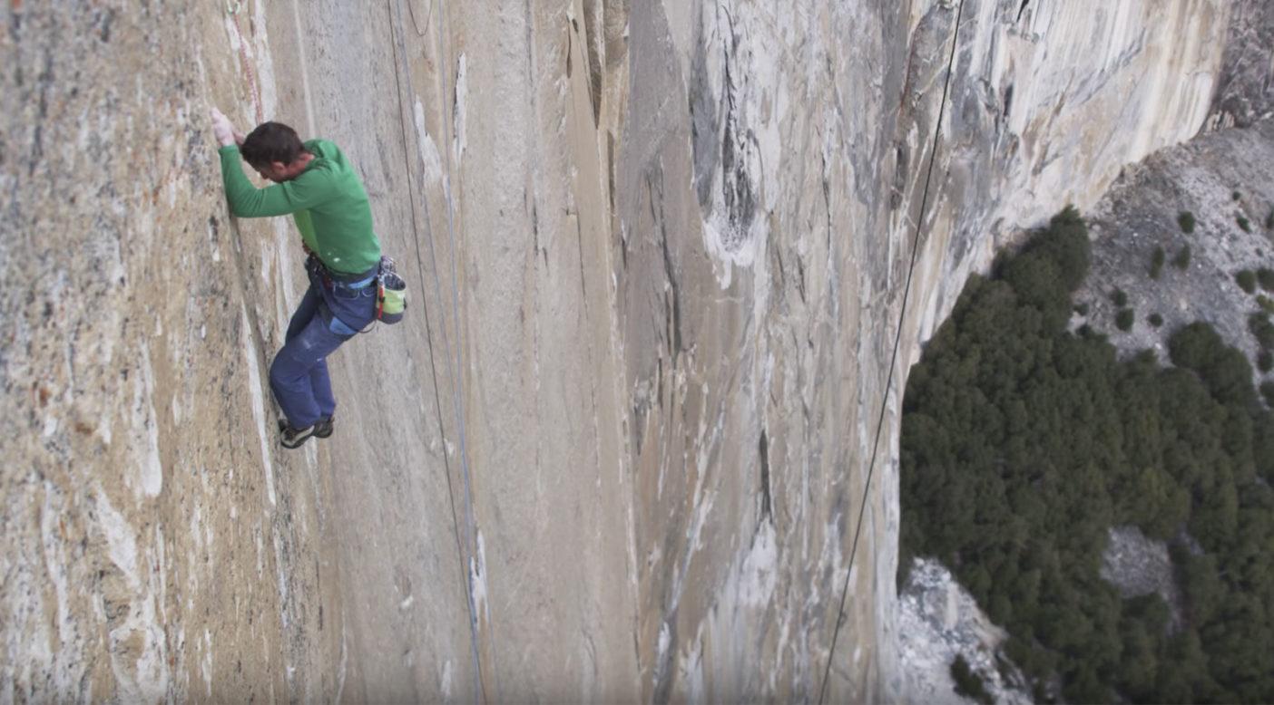 ドーン・ウォールの15ピッチ目(5.14c)を登るトミー・コールドウェルの映像を見る