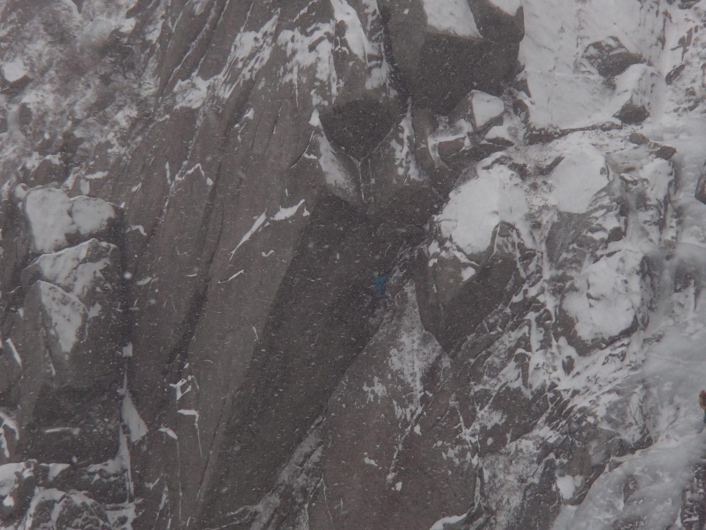 風雪の中尾根P2を登る花谷泰広。写真:ウィンタークライマーズミーティング提供