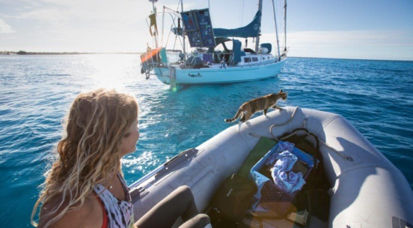 「スウェル号」に戻る途中のリズ・クラークと猫のアメリア(船には水嫌いのアメリアが誤って海に落ちたとき登れるよう、猫用はしごを装備)Photo: Jody MacDonald