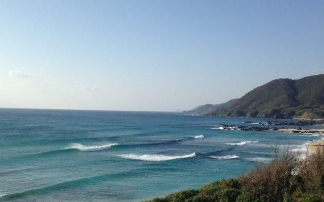 手広海岸は年間を通してコンスタントに波があるポイント。センターはリーフで、手前と奥はビーチブレイクになっている。ベストシーズンは3月~5月、9月~12月 写真:碇山勇生