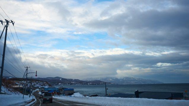 長い移動のあと早朝に眠気まなこでこの道を走るのも四度目。狩場山の姿は雲に隠れてはいるものの、明日か明後日は晴れるだろう。チャンスは必ずあるはずだ。メンバーのスケジュール調整が大変だった今回、ようやく山に集中できるときが来た。島牧村付近。写真:松尾憲二郎/アフロスポーツ