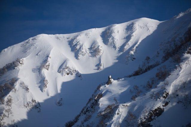 大平山山容。2日目に稜線にのったときの一枚。山頂に着くころには辺りは雲に覆われてしまった。狩野のラインは右から3本目の沢筋。見た目には雪のコンディションは良さそうに見える。今回の3日間で見えているラインのほとんどを滑り尽くした 。写真:松尾憲二郎/アフロスポーツ