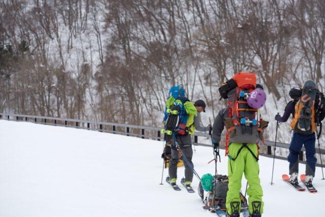 スキー板をそりにして、3日分の食料、燃料、そしてギアを運ぶ。テントは贅沢にメンバー5人に対して5人用1張と3人用1張。ここからベースキャンプのトンネルまで2時間ほどの移動がはじまる。背中には今回の秘密兵器、ブレオのスケートボード。明日からのトンネル内の1キロの移動もこれで遊びに変わる。写真:松尾憲二郎/アフロスポーツ
