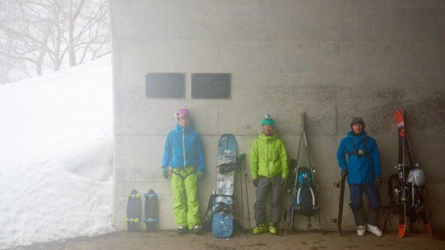 最終日、下山後。ここからスケートボードでトンネル内を走り、ベースキャンプまでの家路につく。板などの荷物を背負ってのスケーティングはなかなかやっかいだった。左から島田、狩野、中島。写真:松尾憲二郎/アフロスポーツ
