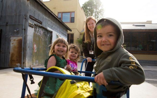ティンシェッドの前で遊ぶパタゴニアの社内託児施設グレート・パシフィック・チャイルド・ディベロップメント・センター(GPCDC)の子どもたち Photo: Tim Davis