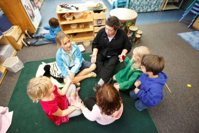 GPCDCの教室でためになるレッスンを受ける子どもたち。Photo: Jeff Johnson