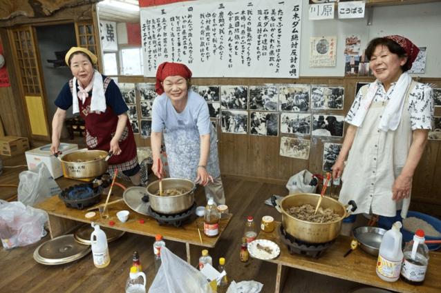 """年に一回の行事である""""ほたる祭り""""に向けて、いのしし料理の準備に精を出す村のお母さんたち。いつ会っても前向きで、こちらが元気をもらうことになる。写真:村山嘉昭"""