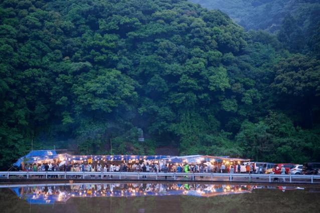 ほたる祭りは、県内外から来た1,000人もの訪問者でにぎわった。地元の料理で腹を満たしながら、暗くなるのを待つ訪問者。写真:村山嘉昭
