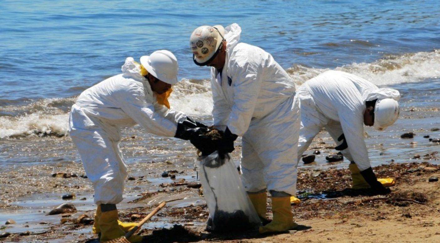 カリフォルニア州サンタバーバラ郡で起きた最近の流出事故のあと、訓練を受けた作業員がビーチで原油にまみれた残骸を除去する。Photo: Linda Krop/Environmental Defense Center