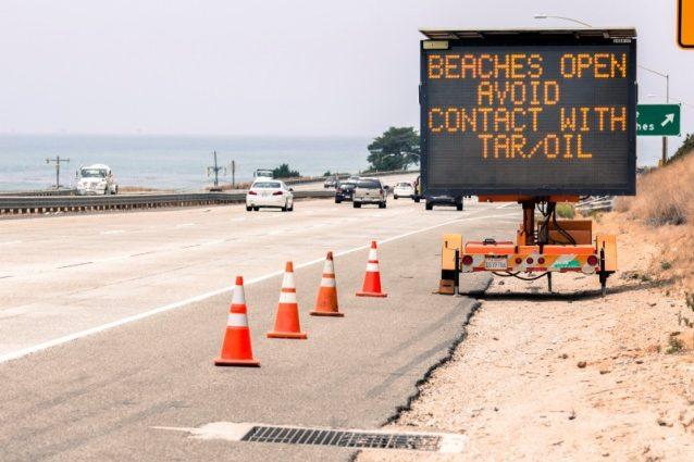 さらに南のベンチュラでは、パタゴニア本社のすぐ北にあるハイウェイ101号の出口でタールや石油に触れないよう警告するサインが海水浴者を迎える。Photo: Tim Davis