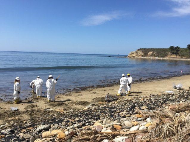 2015年5月19日、サンタバーバラ郡のビーチの近くで原油パイプラインが破裂。歴史が繰りかえされる。Photo: Maggie Hall/EDC