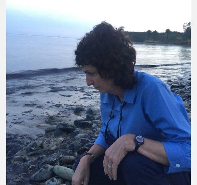 被害を検証するサンタバーバラを拠点とする〈エンバイロメンタル・ディフェンス・センター〉の主席法律顧問リンダ・クロップ。Photo: Maggie Hall/EDC