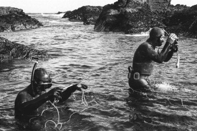 漁具を整理するラモンと彼の父アレハンドロ。Photo: Jeff Johnson