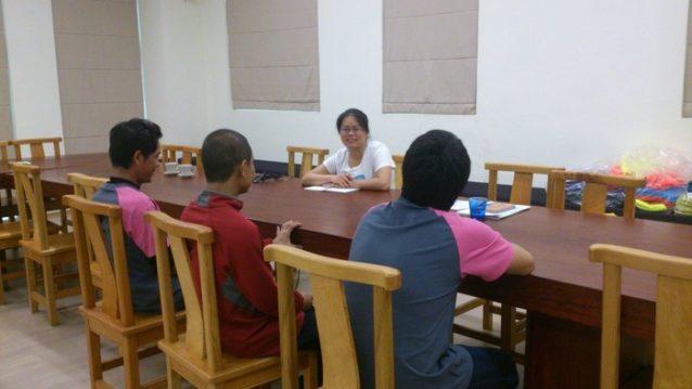 リタ・ツェングは台湾を拠点とするパタゴニアのソーシャル/エンバイロメンタル・レスポンシビリティー(SER)の現地マネージャー。彼女が工場監査の際に外国人労働者と会談している様子。パタゴニアのパートナー〈Verité〉からのフィールドスタッフの専門家チーム、労働者の母国語を話す通訳が同伴。Photo: Jeannie Chen