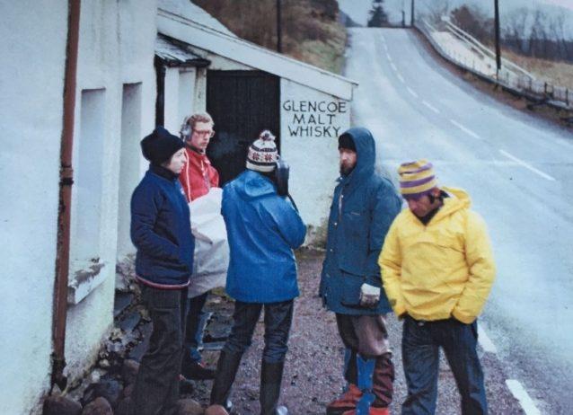 イヴォン・シュイナードが1970年にグレンコーを訪れた際の写真を見せるイアン・ニコルソン。Photo: Ian Nicholson Archive