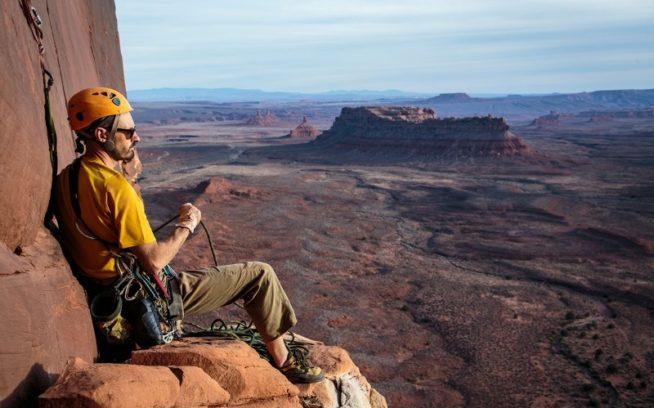 「イーグル・フェザー(5.10)」の3ピッチ目から油田のない景観を楽しむジョシュ。ユタ州バレー・オブ・ザ・ゴッズのイーグル・プルーム・タワー。Photo:Mickey Schaefer