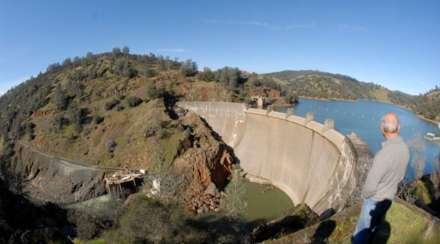 2011年、カリフォルニア州のユバ・リバーのエングルブライト・ダムを見下ろすイヴォン・シュイナード。Photo: Matt Stoecker