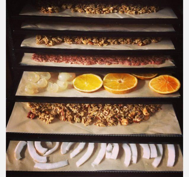 新鮮なフルーツが採れすぎたら、マリアと僕はそれを食品乾燥機で処理する。マリアは抜群のグラノーラを作り、僕はいつもバナナ、ココナッツ、パパイヤを乾燥させている。それはすばらしいギフトにもなる。Photo: Anna Riedel