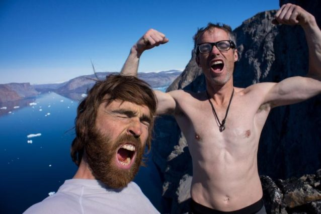 開拓したてのルートの頂上で人生の意義を探索するショーンとベン。写真提供:ワイルドな一団