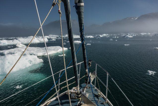 氷の合間を通り抜けるトリッキーな帆走は座礁しないかぎりすごく楽しい。写真提供:ワイルドな一団