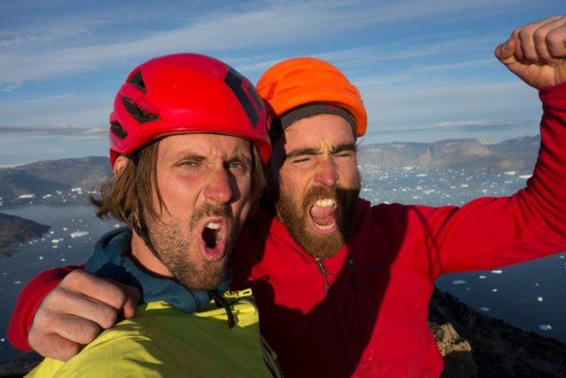 この旅初の登頂写真。やったー!写真提供:ワイルドな一団