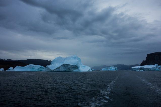グリーンランドの雨の日の帆走はこんな感じ。写真提供:ワイルドな一団