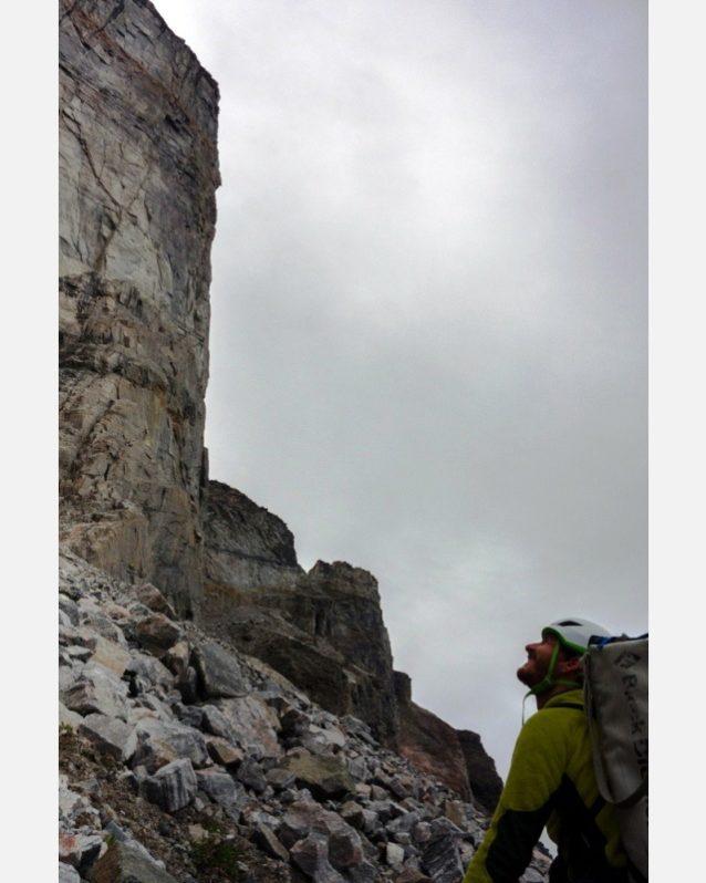 自信をもって壁に向かうオリ。遠くからは良い岩質に見えたが、近づくとぜんぜん良くなかった。写真提供:ワイルドな一団