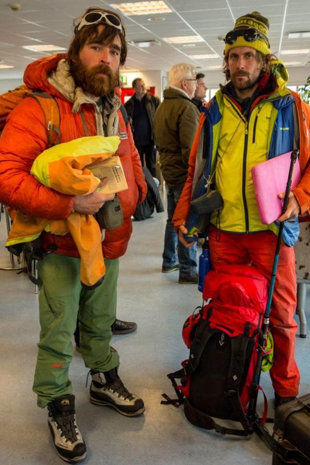 航空会社の追加手荷物料金を逃れるためには、特別なスキルと耐熱性が必要だ。グリーンランドから戻る際の空港で、僕らの手腕は見事に成功。写真提供:ワイルドな一団