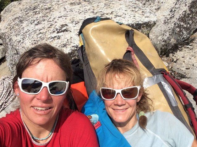 エル・キャピタン頂上のキャレンとキティ。Photo: Karen Bockel