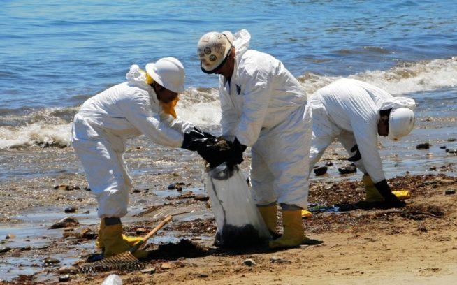 2015年5月:破裂したパイプラインが53万リットルの原油を太平洋に流出させたあと、油にまみれたビーチを清掃する作業員。カリフォルニア州サンタバーバラのレフュジオ州立ビーチ Photo: Linda Krop/Environmental Defense Center