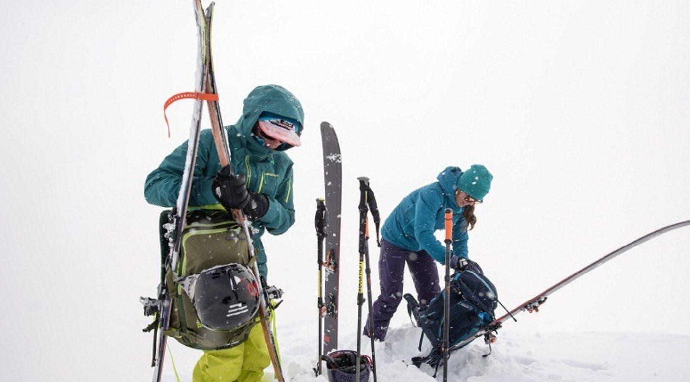 登高に備えて荷造りするリアとジャスミン。カナダ、ブリティッシュ・コロンビア州セルカーク山脈 Photo:Garrett Grove