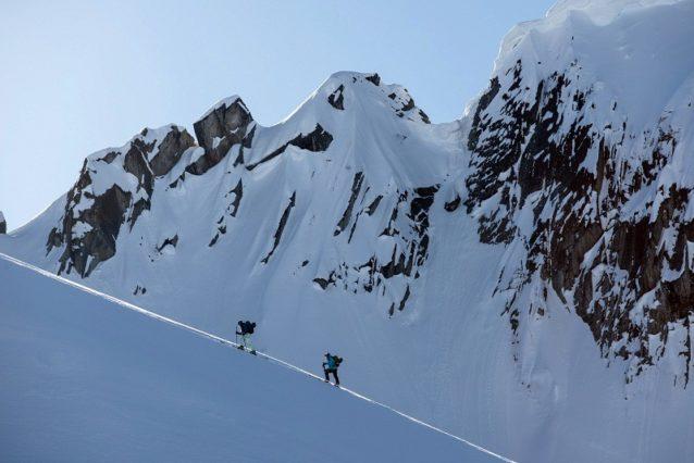 ローカルのスキーヤーやスノーボーダーたちの大半がジャンボ・グレイシャー・リゾートの建設案に反対している。彼らはすでに地元にあるリゾートでリフトに乗るか、みずからの力や経験でバックカントリーへと旅することの方を望んでいる。Photo:Garrett Grove