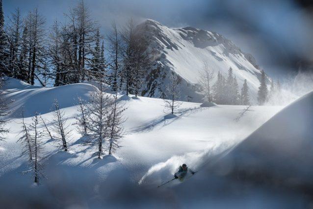 「これまでの生涯、色々なビッグマウンテンでスキーをしてきましたが、ここの地形は本当に『うわーっ、巨大!』っていう感じです」—リア・エバンス Photo:Garrett Grove