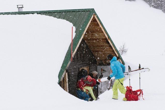ジャンボ・ハットに落ち着くジョン・バーゲンスキー、ジャスミン・ケイトン、リア・エバンス。カナダ、ブリティッシュ・コロンビア州 Photo:Garrett Grove