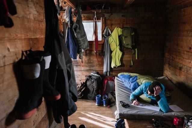 ジャンボ・ハットで悪天候の待ち時間を、スケッチしながら潰すリア・エバンス。カナダ、ブリティッシュ・コロンビア州 Photo:Garrett Grove