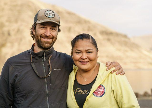 『ダムネーション』の共同製作者マット・シュテッカーとネズ・パース族のレベッカ・マイルス。この映画の強力な声となった彼女がどこへ行っても提唱しつづけるのは、スネーク・リバー下流のダムの撤去が彼女の先住民族のサーモン捕獲の文化を修復する最善の方法であるということだ。Photo: Ben Moon