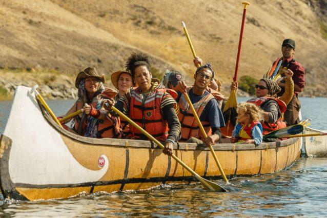 ローワー・グラネット・ダムへ接近するにつれて、ソロのカヤッカーから巨大なカヌーまで、仲間と家族たちが1.6キロを超えるボートのラインを懸命に形成した。Photo: Ben Moon