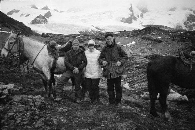 2001年、チリのティエラ・デル・フエゴのダーウィン山系のイヴォン・シュイナード、クリス・マクディビット-トンプキンスとダグ・トンプキンス。Photo: Patagonia Archives