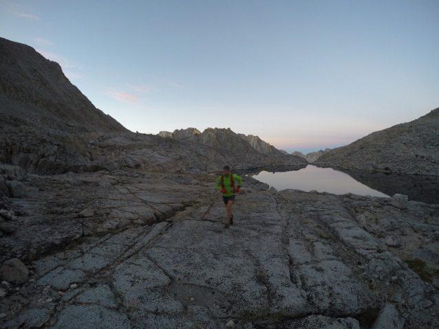 エボルーション山群を背景に走る最初の数キロ。Photo: Luke Nelson