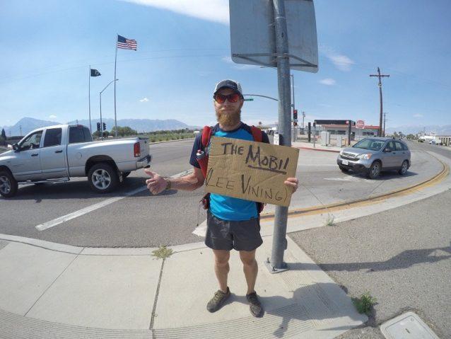 ビショップでヒッチハイクするときは、行き先をはっきり書くのが懸命。モービル(レストショップ)は誰でも知っている。 Photo: Cody Lind
