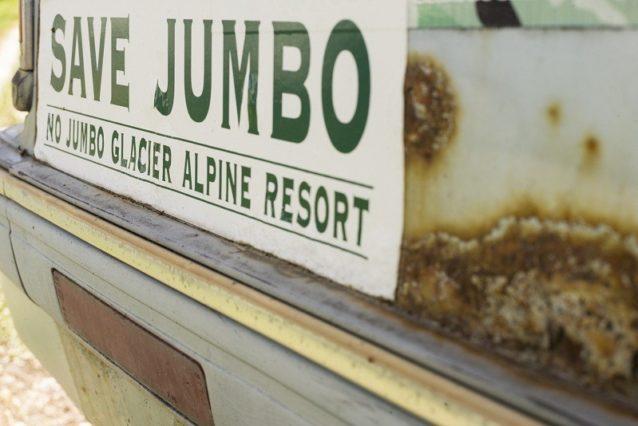 過去20年間、東クートネーのいたるところで見られたバンパーステッカーは、ジャンボを野生のままにとどめておくほぼ万人の希望を宣言してきた。Photo: Steve Ogle