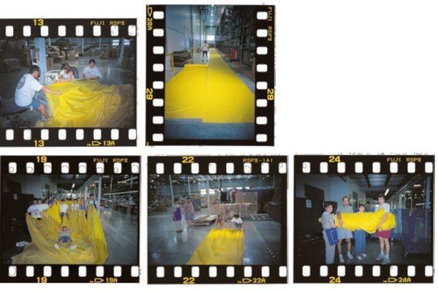 ニューヨーク市に送るために明るい黄色のバナーを裁断、縫製、巻き上げるパタゴニアのリノの配送センターの社員。Photo: Ron Hunter