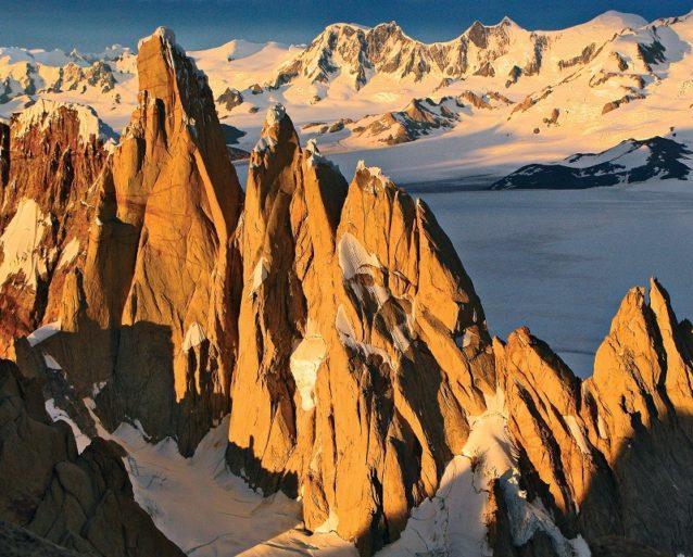 「トーレ・トラバース」(右から左へ)は、エグゾセ・チムニーをセロ・スタンダルトの頂上まで、それからプンタ・エロンを北稜のスピゴロ・ディ・ビンビ経由、トーレ・エガーの山頂までを北稜のフーバー/シュナーフ・ルート経由で登頂し、セロ・トーレを西壁ルートの上部と合流するエル・アルカ・デ・ロス・ビエント・ルート経由で登攀する。2008年秋のアルゼンチン領パタゴニア。Photo:Rolando Garibotti