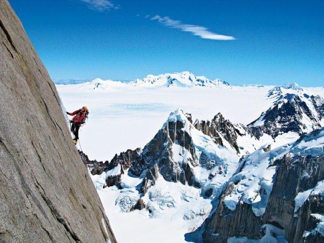 4峰をリンクアップするトーレ・トラバースの2日目、3つ目の山頂を前にして同峰北稜のフーバー/シュナーフ・ルートの2ピッチ目をセカンドするコリン・へイリー。Photo:Rolando Garibotti