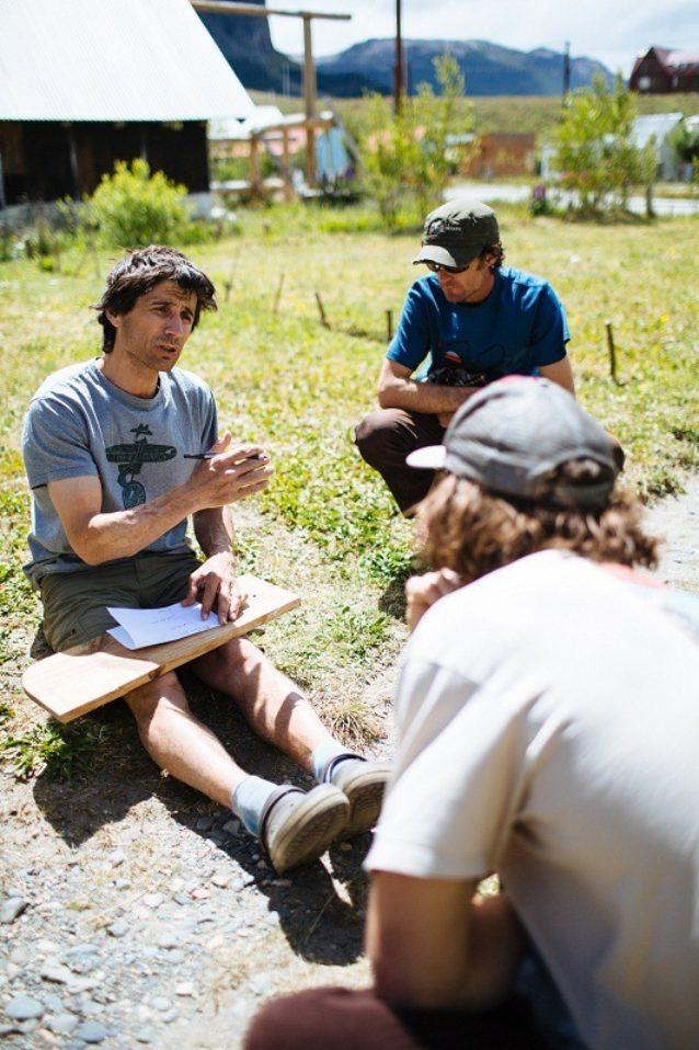 熱心なクライマーに地元知識を伝授するロロ・ガリボッティ。アルゼンチン領パタゴニア、エル・チャルテン。Photo:Matt Van Biene