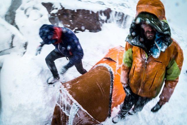嵐がフレンチ・バレーとグループの相互関係を打ちのめすなか、テントに積もった危険な雪を掻く。Photo: Austin Siadak