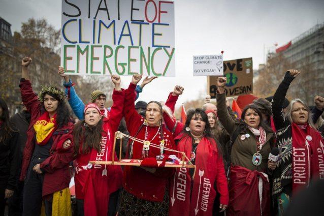 シャンゼリゼ通りを進むレッドライン抗議デモ。Photo: Kodiak Greenwood