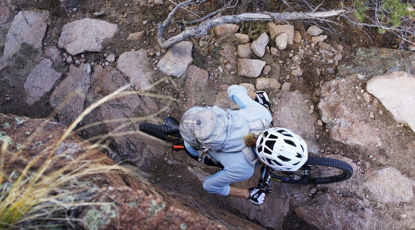 バックボーン・トレイルの後戻りできない登り坂で懸命に踏み込むダイアン・フレンチ。コロラド州サライダ。Photo: Sacha Halenda