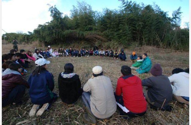 未来の先生達へ環境教育の種まき。学生たちと輪になって自然について話しあい。写真:水津幸代