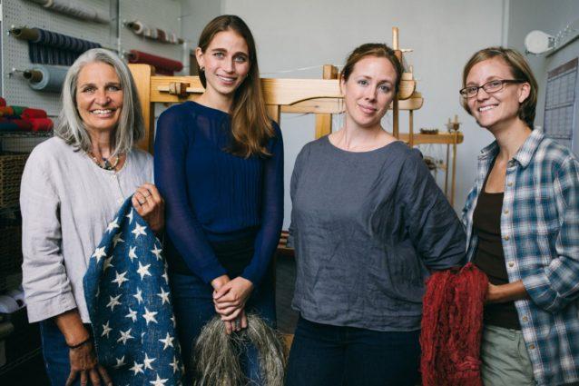 〈ファイバーシェッド〉のレベッカ・バージェスがまとめたチームがこの旗を製造した。左から右:手で星の刺繍をしたデボラ・クリーケル、ヘンプを紡いだエリザベス・スミス、生地に織ったシール・ブラウン、オーガニックコットンを手で染色したケイシー・リン。Photo:Donnie Hedden